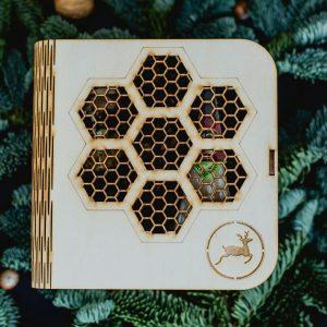 Valgoma dovana medinėje dėžutėje