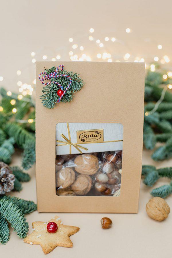 Kalėdinė dovana su riešutais